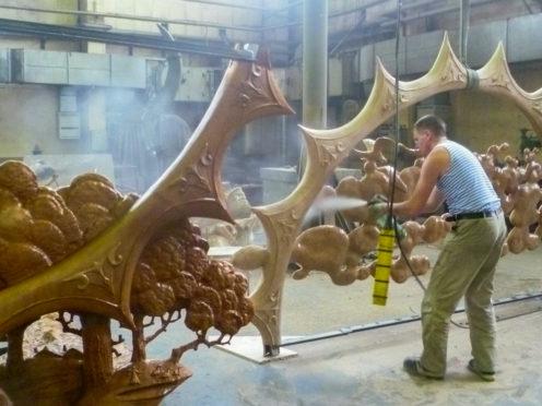 Fabrication delasculpture ausein dugroupe d'usines combinées delafonderie d'art monumentale