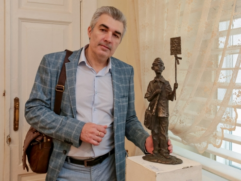 Олег Закоморный рядом со своей работой «Память семьи»
