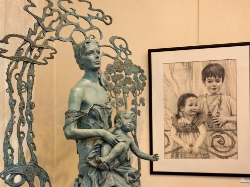На выставке Олега Закоморного «Мир детства». Фото Павла Смертина