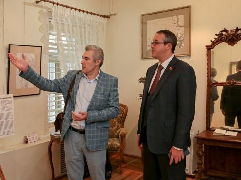 Олег Закоморный показывает свою выставку председателю Мосгордумы Алексею Шапошникову