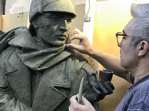 Олег Закоморный в мастерской работает над скульптурой Шерлока Холмса для Sherlock Art Hotel в Риге