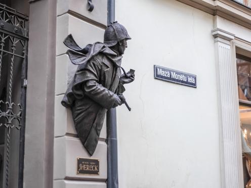 Скульптура Олега Закоморного на Sherlock Art Hotel в Риге