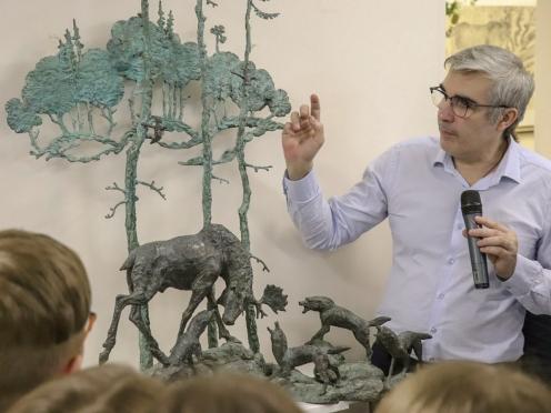 19 марта Олег Закоморный провел экскурсии по своей выставке, которую назвал «Пробуждение». Выставка будет доступна для школьников, родителей, учителей, жителей района до конца мая.