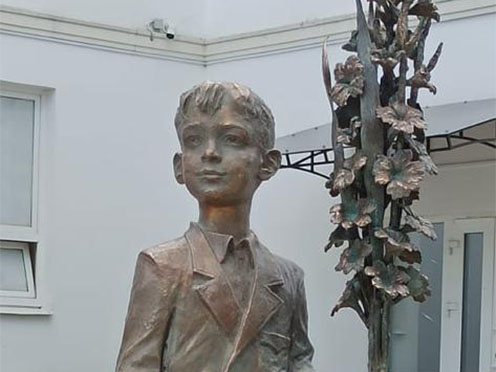 Скульптура Олега Закоморного на территории Ильинской школы № 26.